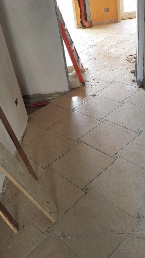 Posa delle piastrelle di un pavimento
