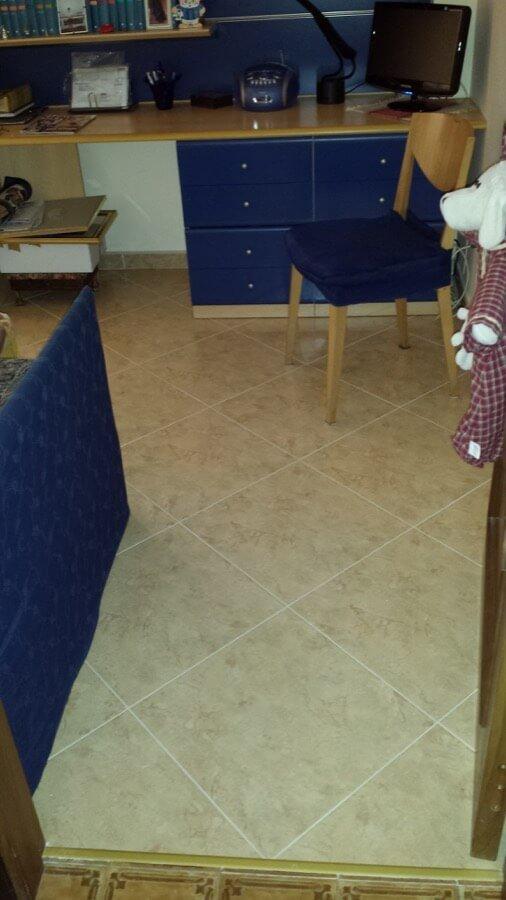 Pavimento in piastrelle posato in un appartamento