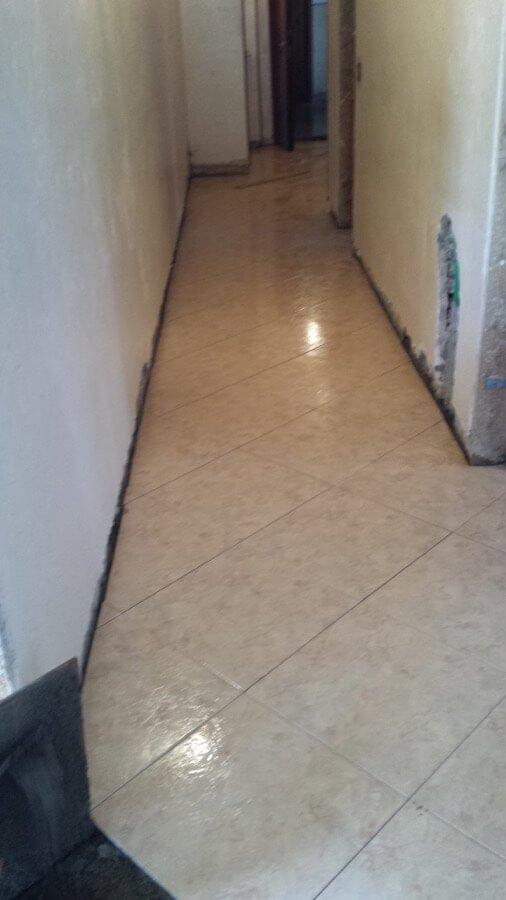 Posa del pavimento in un corridoio