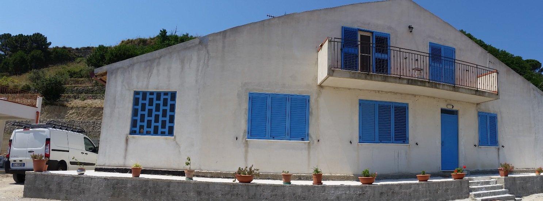 casa da dipingere con balconi in azzurro