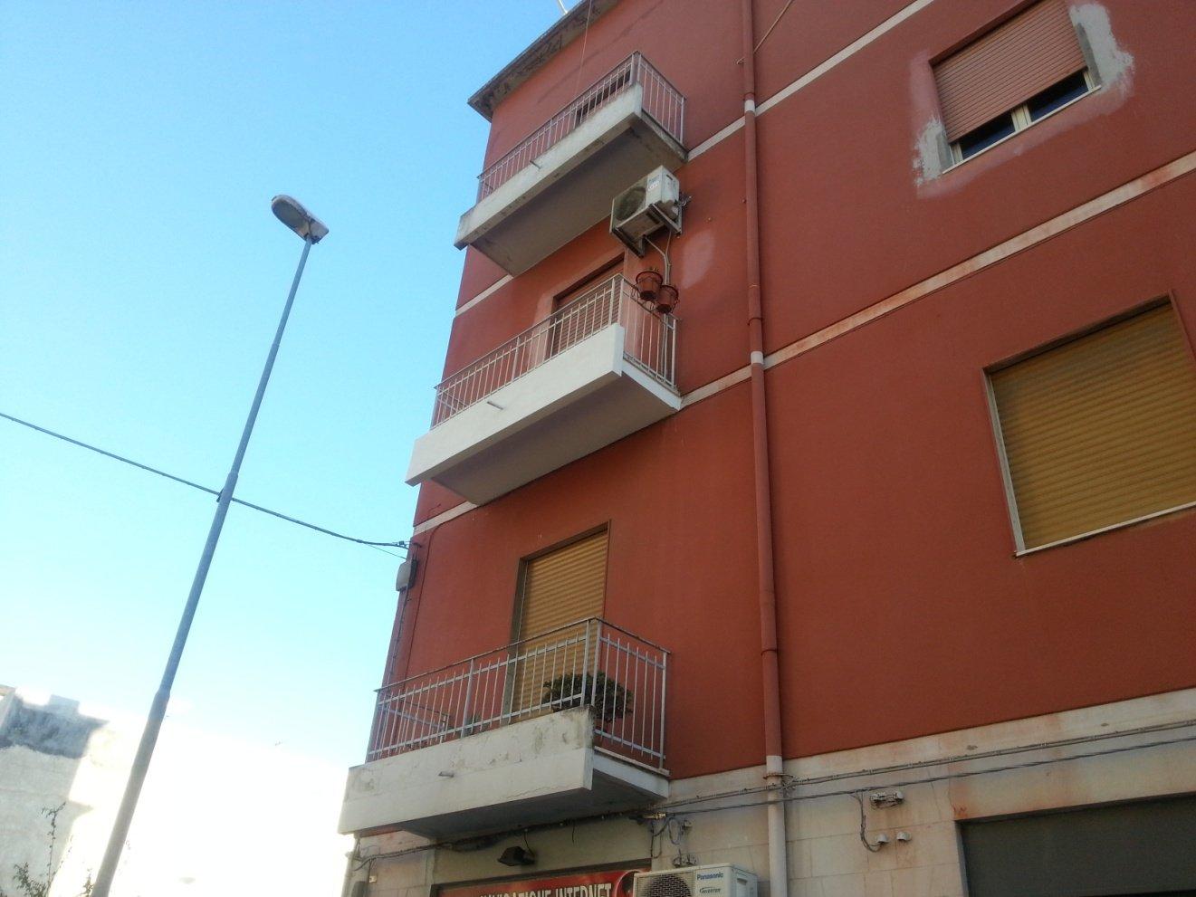 parete rossa con terrazzi in cemento bianco