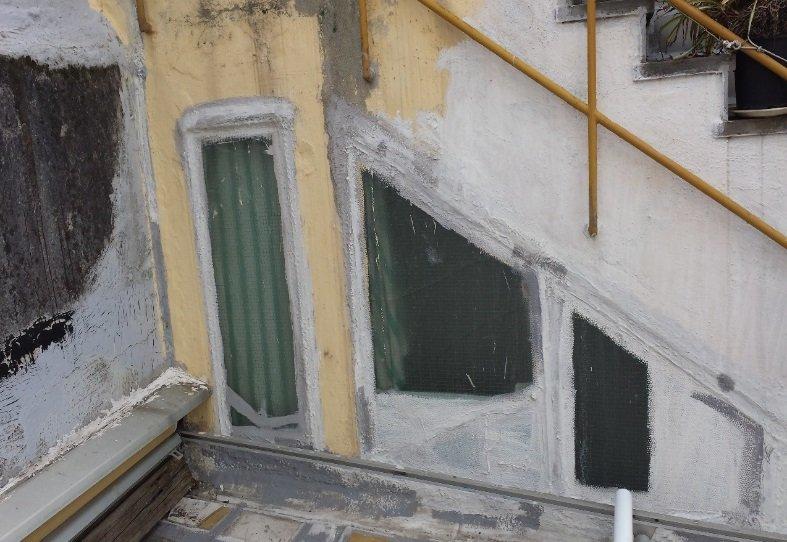 parete estera con intonaco totalmente rovinato