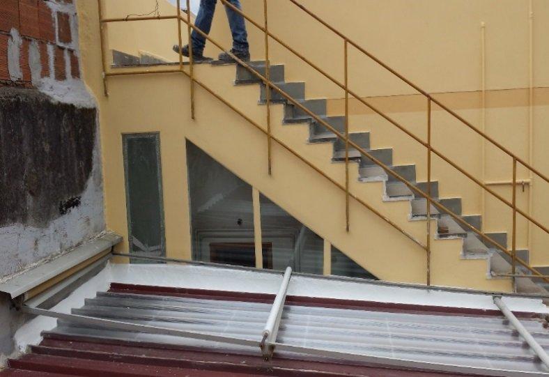 parete esterna con scale ridipinta di giallo