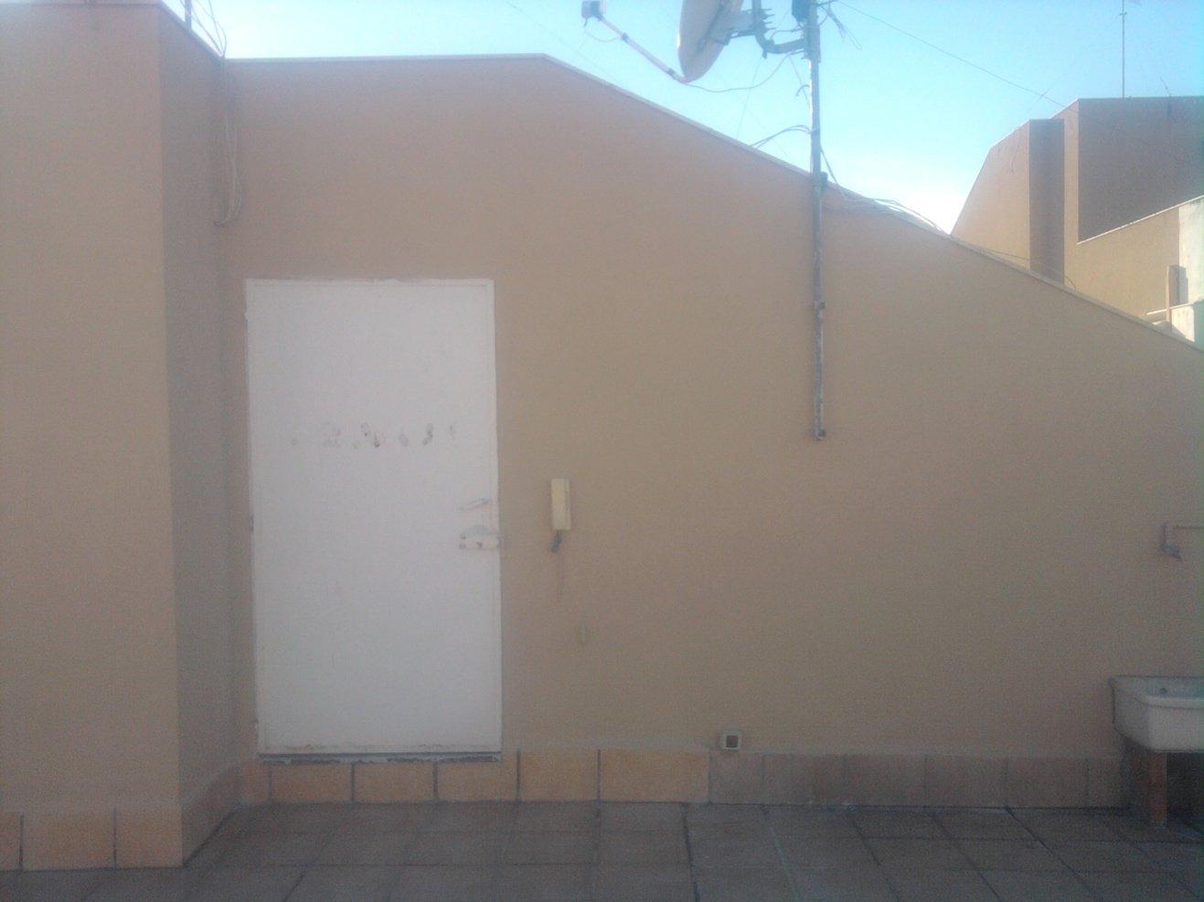 parete esterna ridipinta di giallo con pavimento piastrellato