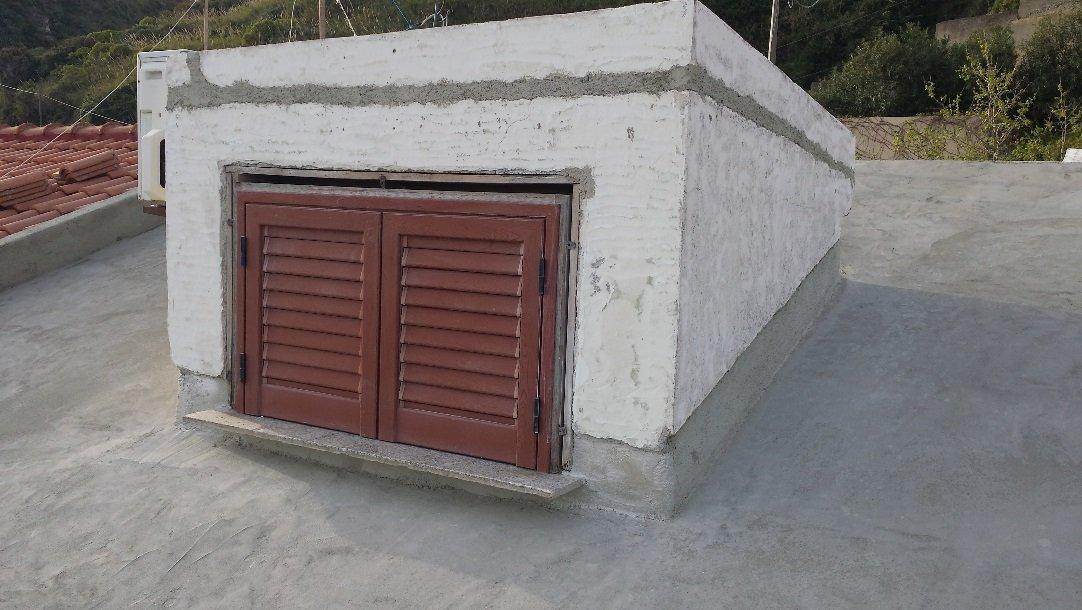 balcone di mansarda su tetto senza tegole