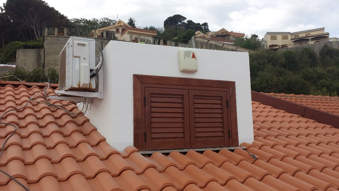 tetto con tegole arancio e un balcone appena dipinto
