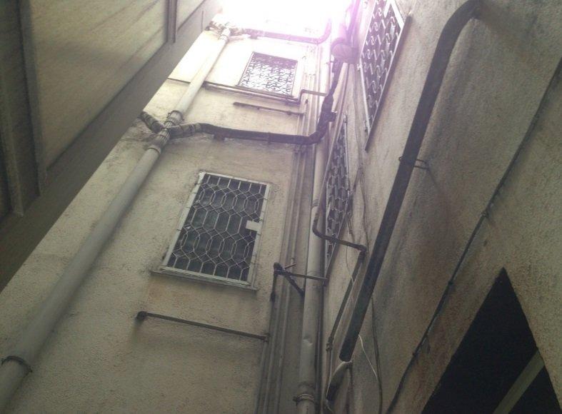 esterno palazzo con intonaco sporco e opaco