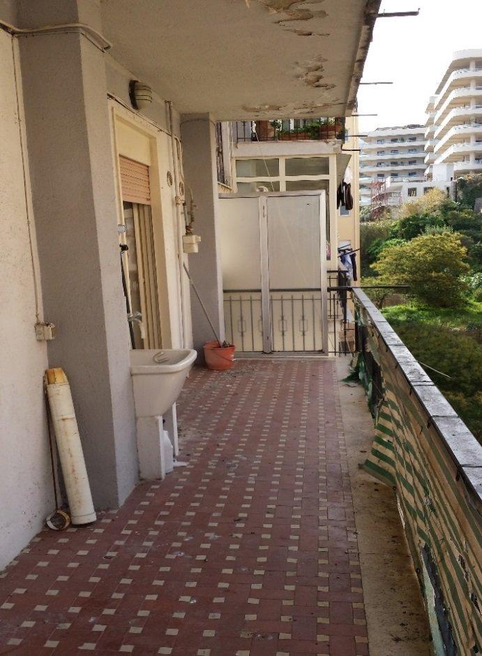 terrazza con mattonelle marroni anni 60 e ringhiera vecchia