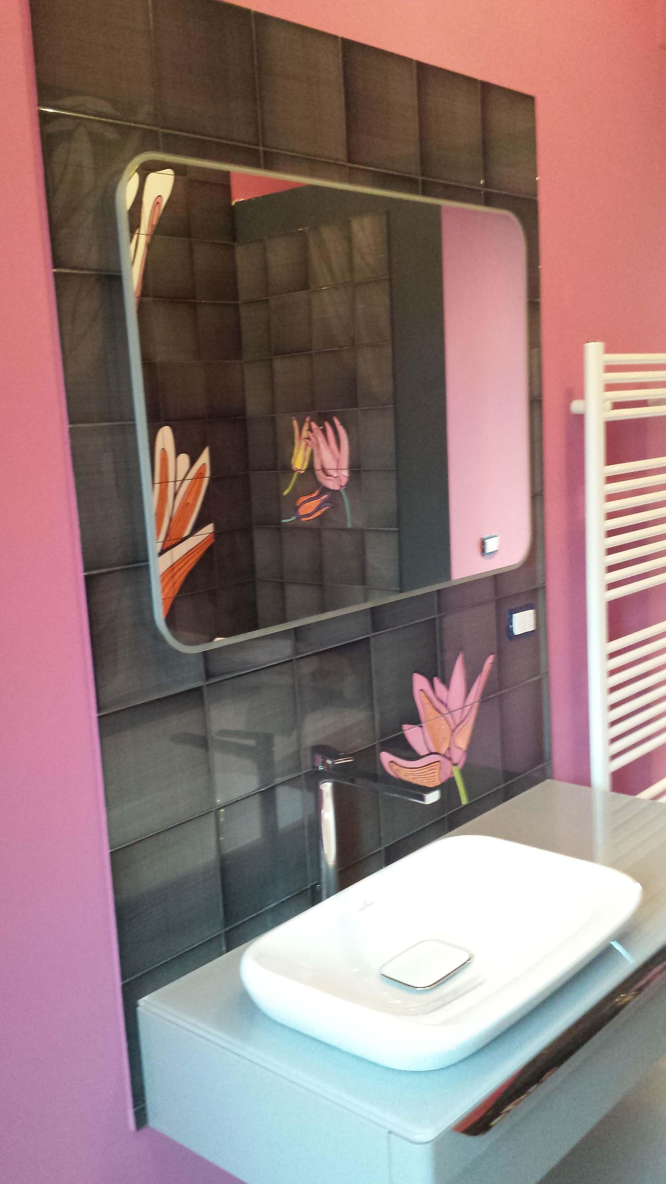 bagno con pareti rosa piastrelle nere e fiori, lavabo bianco