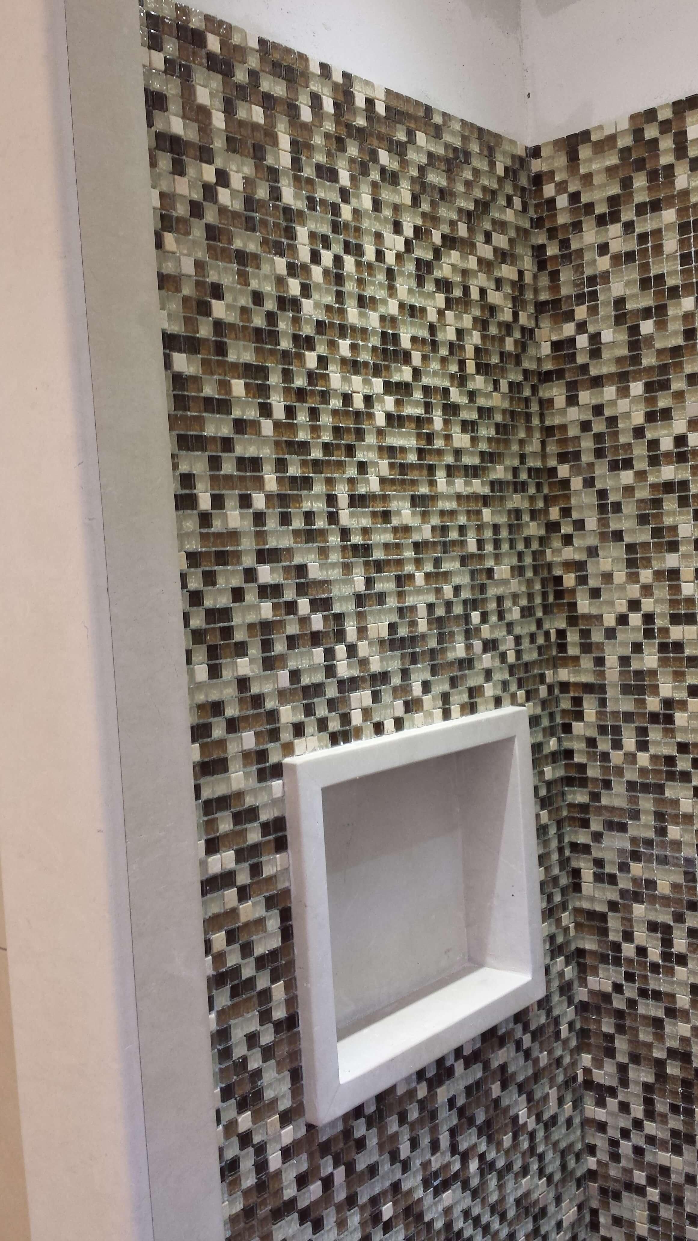 parete a mosaico con porta saponi