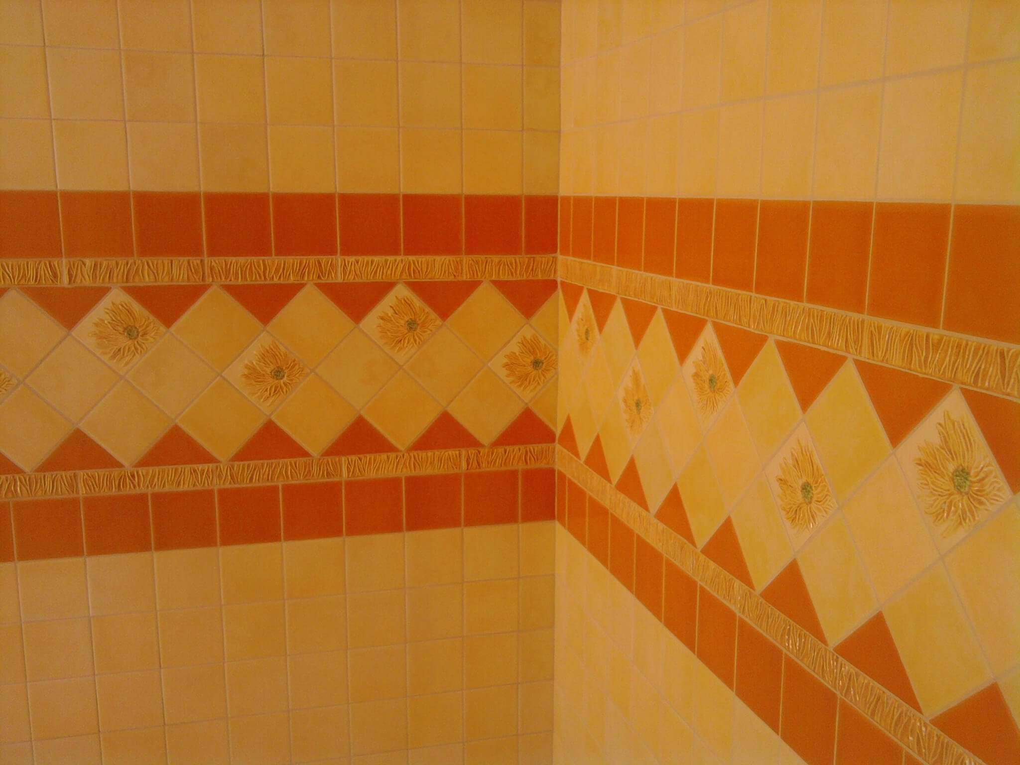 muro con mattonelle gialle e arancioni a tema