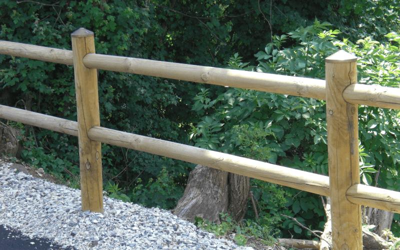 parapetto strada legno