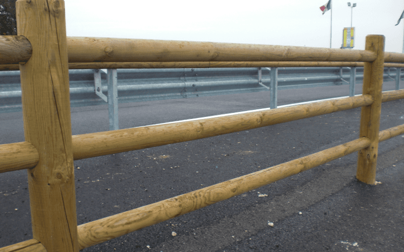 parapetto legno strada