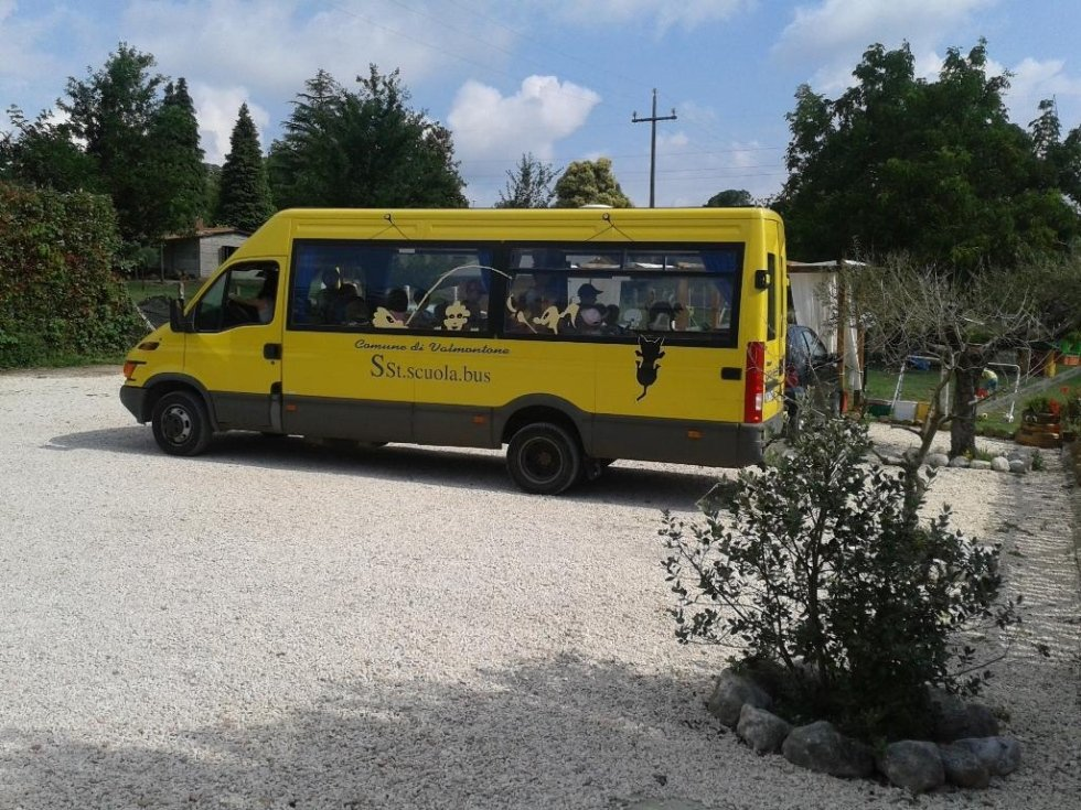 uno scuolabus giallo