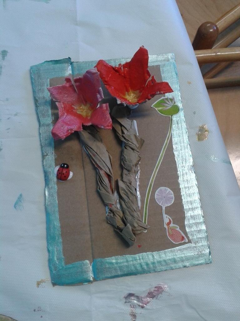 un collage di due fiori rossi e rosa