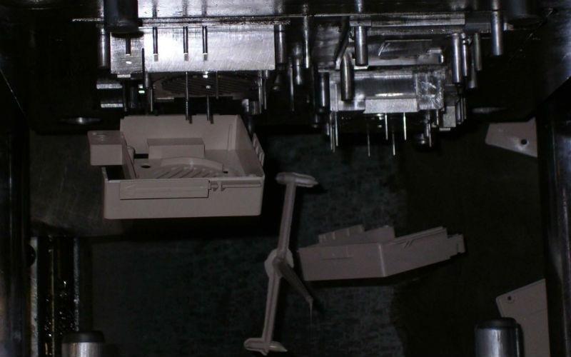 estrazione pezzi nel ciclo di stampaggio