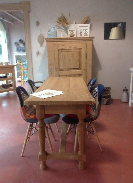 tavolo rettangolare in legno chiaro