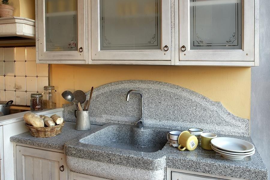 ripiano in pietra con lavabo integrato