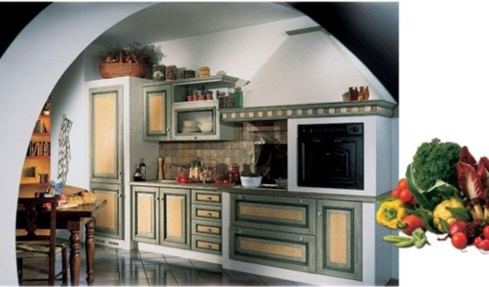 cucina con decorazioni in legno colorato