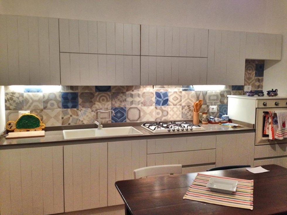 cucina a parete bianca