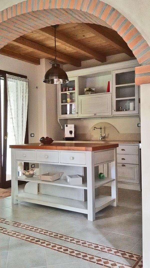 cucina isola  in legno bianco
