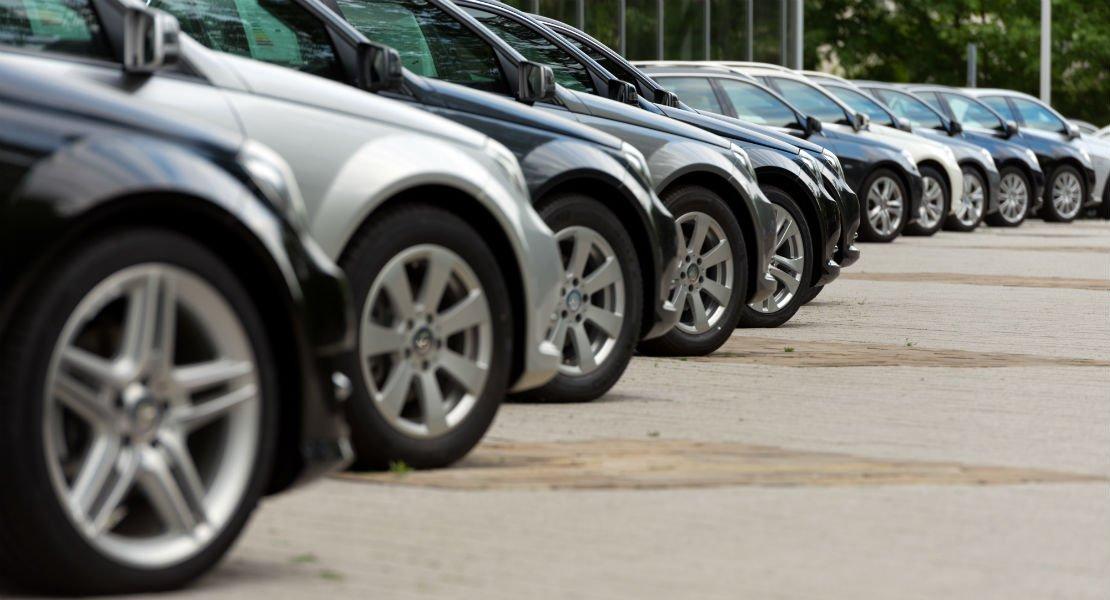 una fila di auto parcheggiate