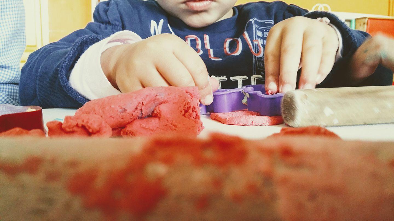 bambino gioca con didò