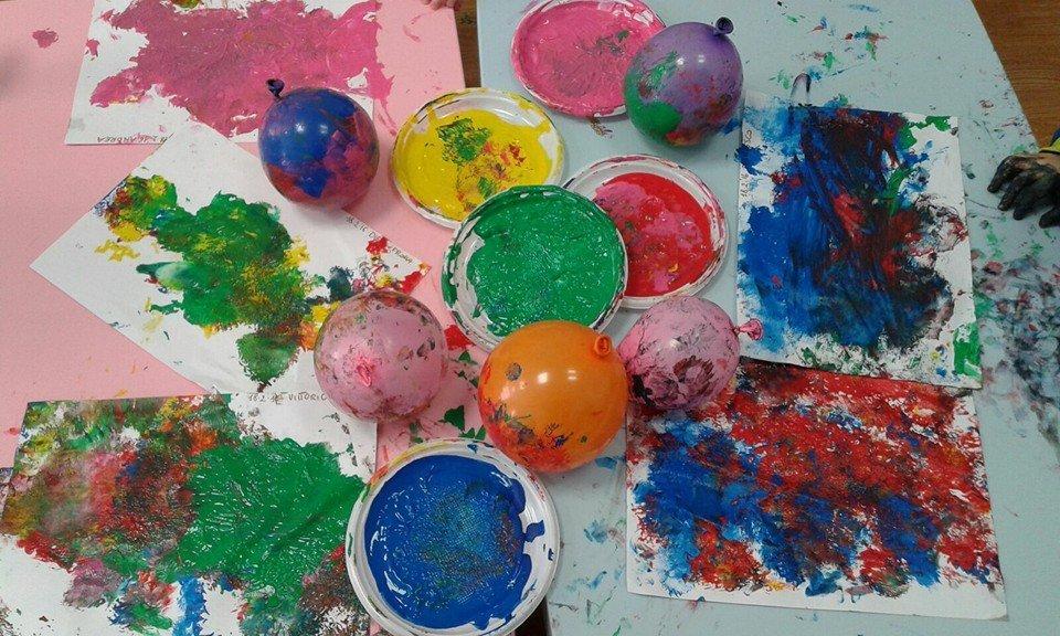 tempere colorate, fogli pitturati e palloncini