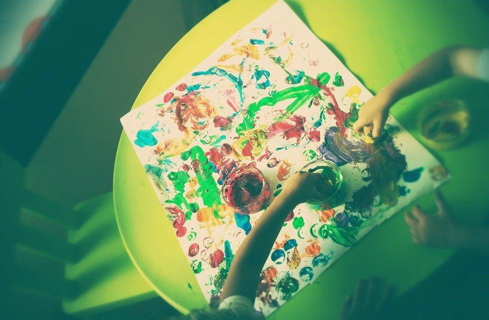 bambini pitturano foglio con spugne