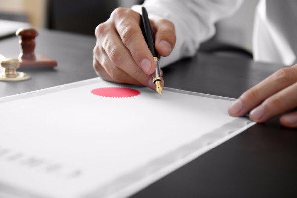 una notaio firmando un documento