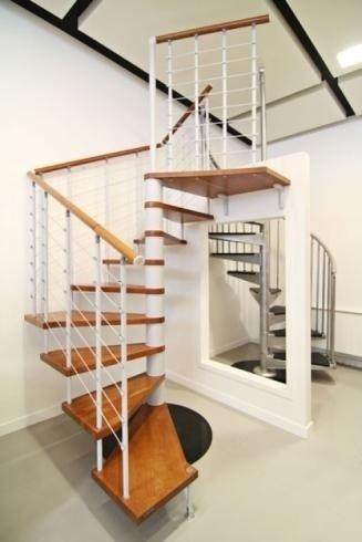 Escaliers en colimaçon marches rampe en bois