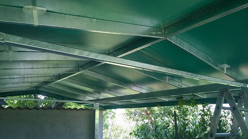 Gazebo con struttura in acciaio e telo verde a Ravenna