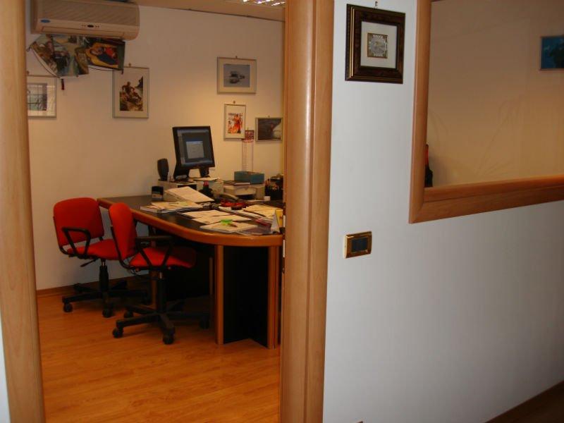 un ufficio con un pavimento in parquet