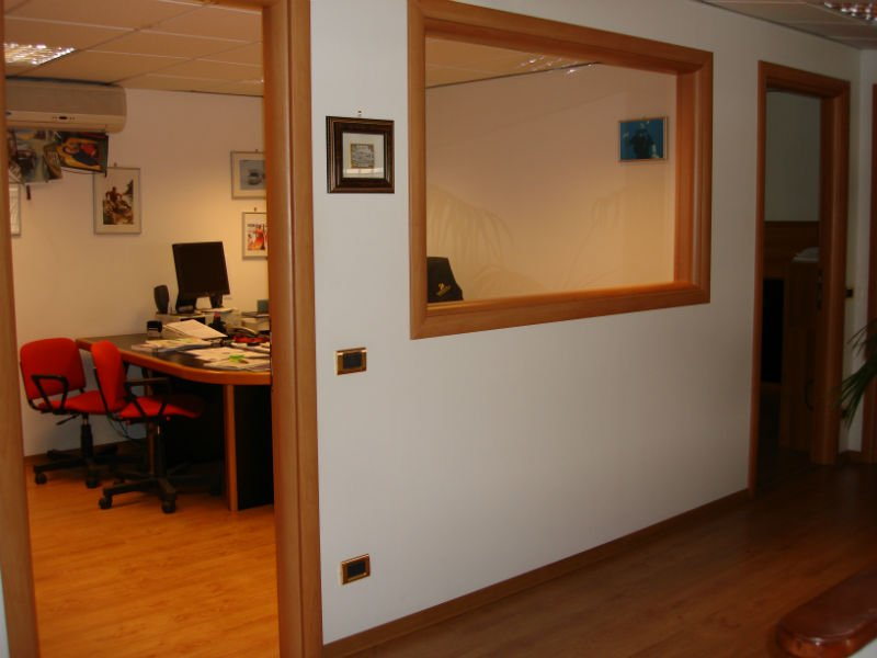 un ufficio e un corridoio con un pavimento in parquet