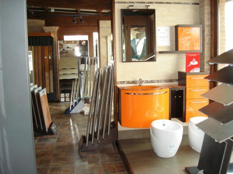 mobili da bagno di color arancione e accanto dei sanitari