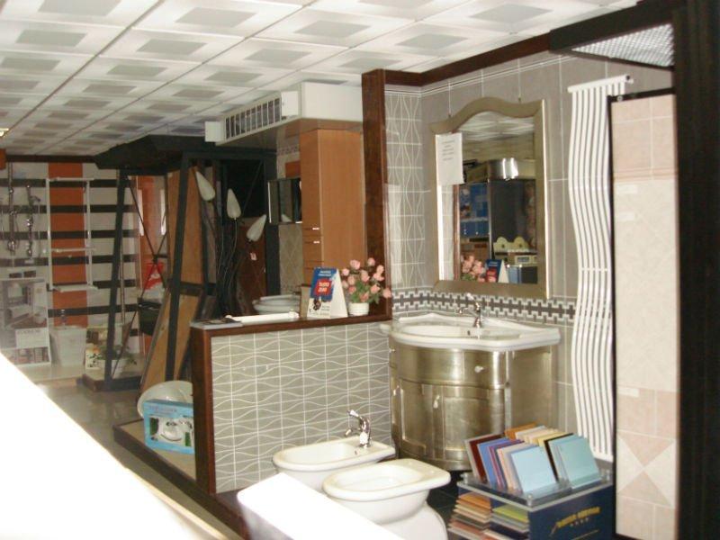un mobile da bagno dorato in esposizione