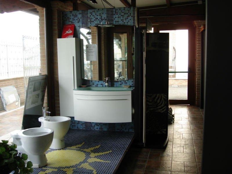 dei mobili da bagno di color bianco e delle piastrelle di color azzurro