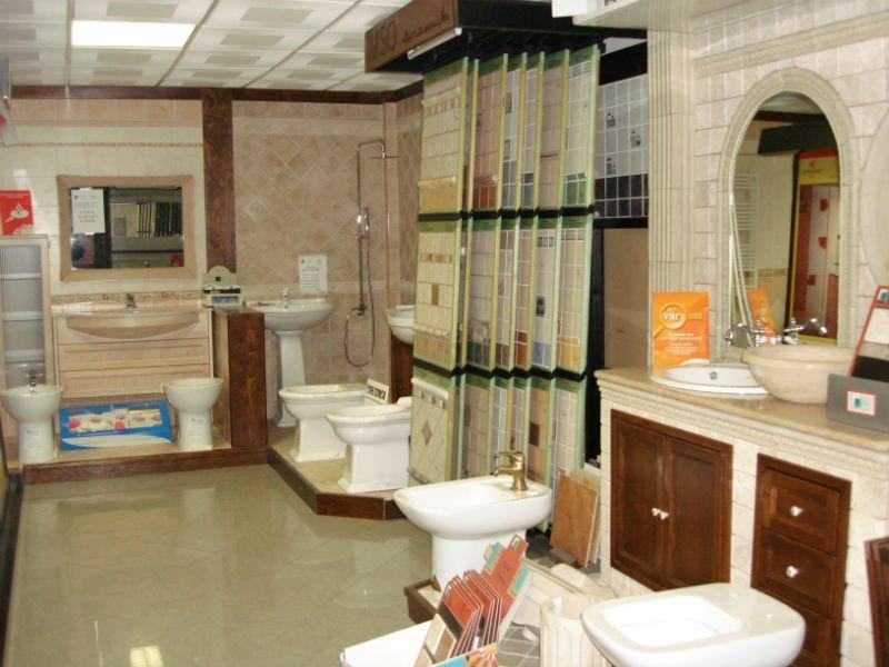 interno di uno showroom con  sanitari in esposizione e delle piastrelle di vari tipi