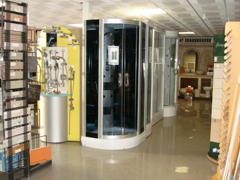 delle cabine docce all'interno di uno showroom
