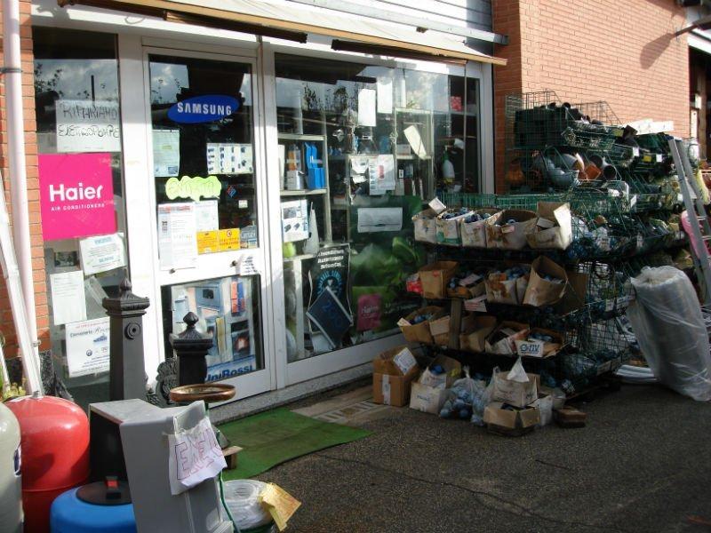 vista dall'esterno di un negozio e del materiale edile negli scaffali all esterno