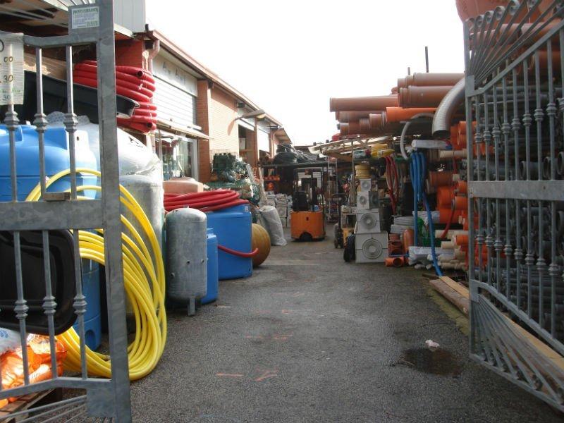 un magazzino con dei tubi e un cancello aperto