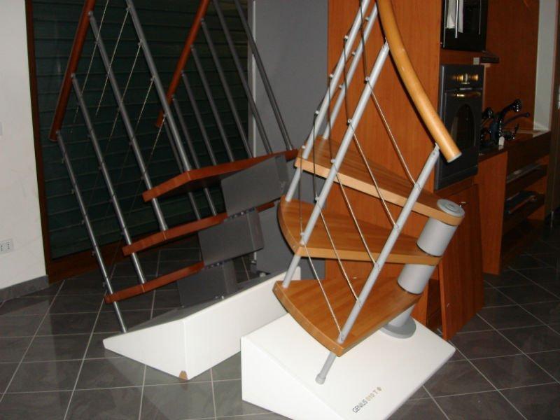 due esempi di scale a chiocciola in legno e ferro