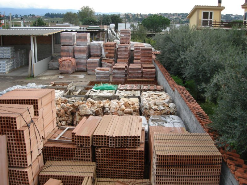 della legna e altro materiale  imballato