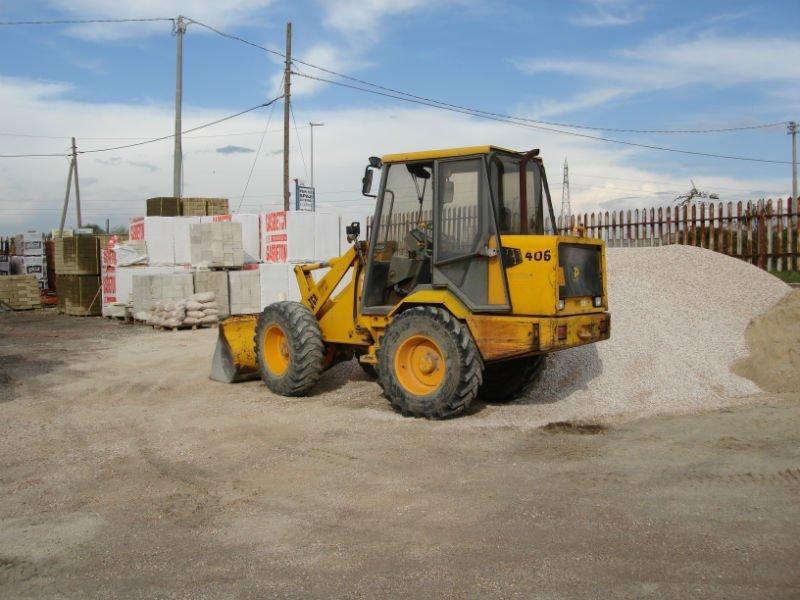 un escavatore e della sabbia accanto