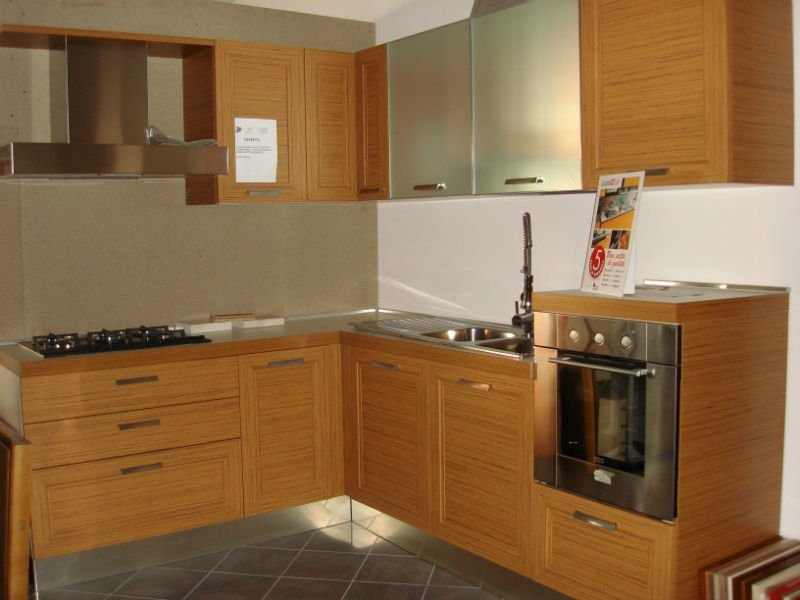 un'aria cucina angolare in legno