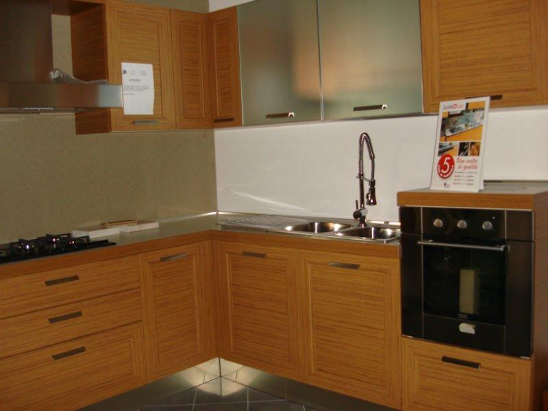una cucina angolare in legno