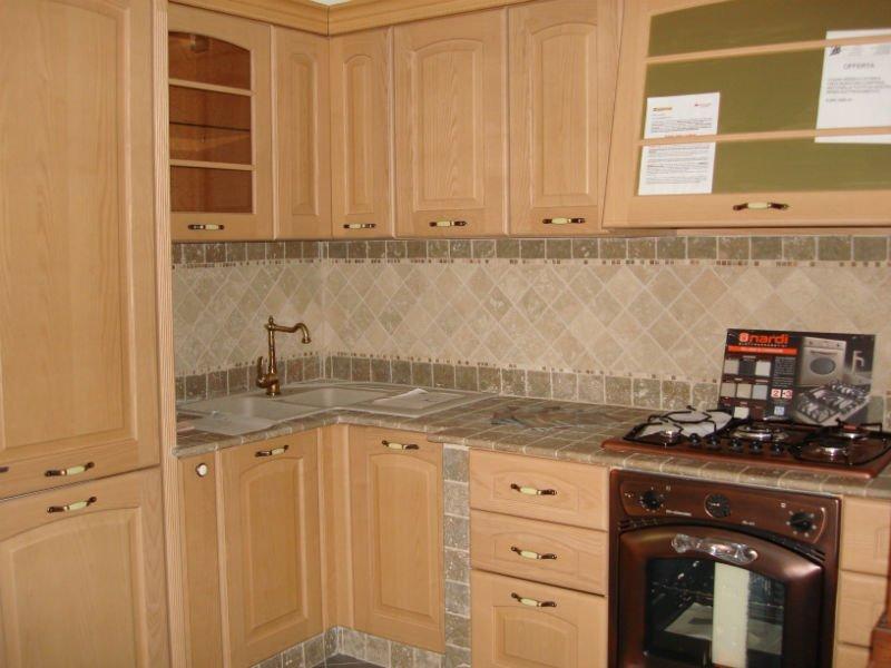 una cucina angolare in legno chiaro