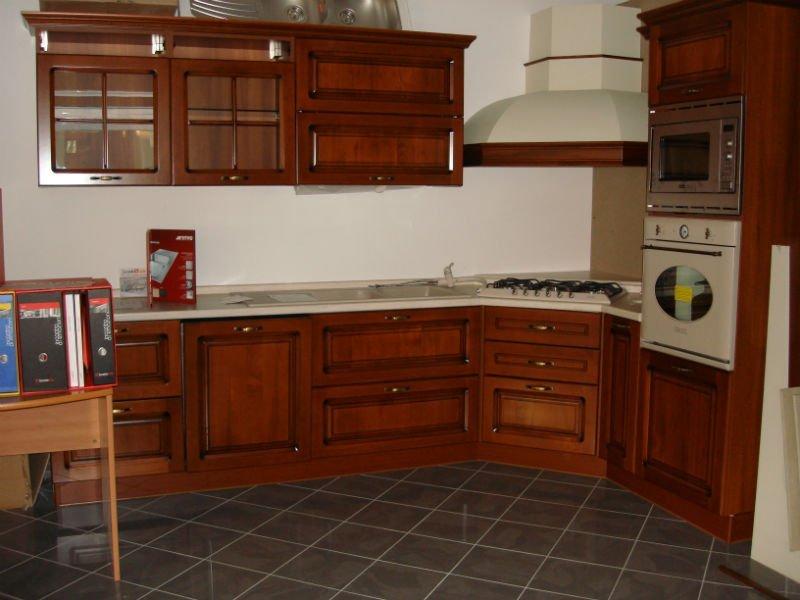 una cucina ad angolo in legno