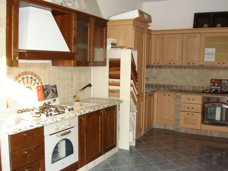 due modelli di cucine in legno chiaro e legno scuro