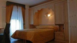 arredamento in legno massello, letto matrimoniale, affitto camere doppie